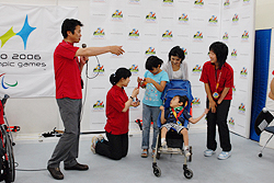 [写真]荒井監督、小林選手、太田選手と来場者の方
