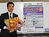 [写真]旭川工業高校にて講演後に花束を受け取る