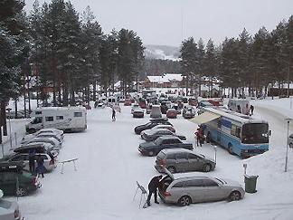 [写真]車でフィンランド全土から集まってきた選手たち