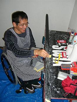 [写真]ワックスがけする長田選手