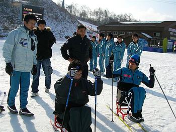 [写真]シットスキーを指導する長田選手