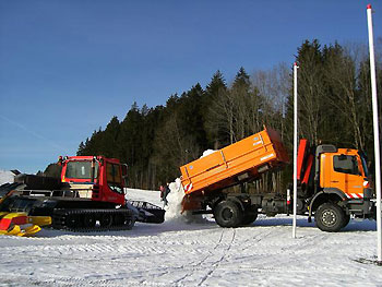 [写真]会場に雪を運び込むダンプ