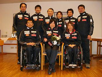 [写真]祝福する日本選手
