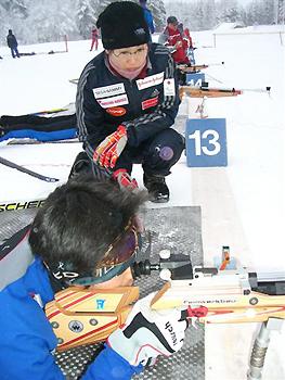 [写真]射撃指導する阿部コーチ