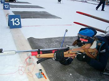 [写真]射撃練習する近藤選手
