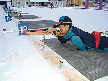 [写真]射撃練習する新田選手