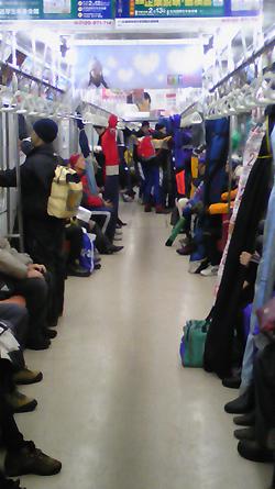 [写真]地下鉄に乗るスキー選手たち
