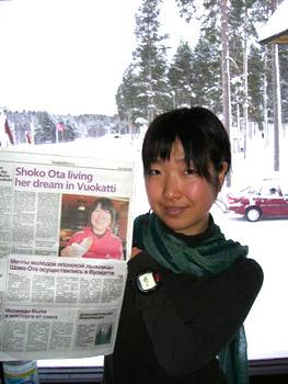 [写真]記事が掲載された新聞を持つ太田渉子