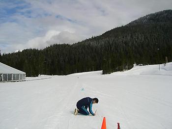 [写真]雪温を測る新田選手