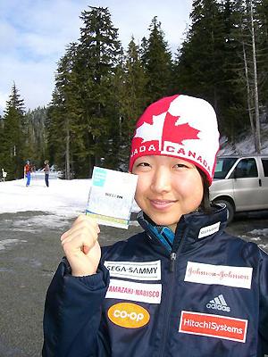 [写真]コース利用チケットを持つ太田選手