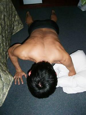 [写真]腕立て伏せする新田佳浩