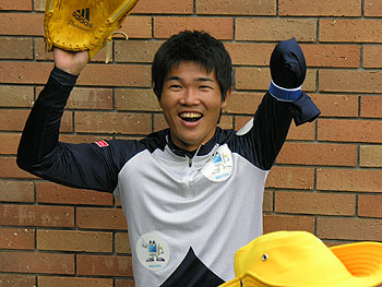 [写真]始球式前の新田選手