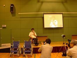 [写真]講演会で青木琢磨さんが話されている様子