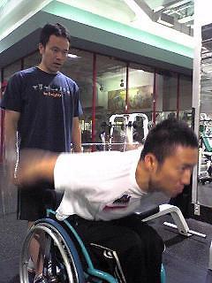 [写真]岡野トレーナーと久保選手