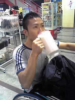 [写真]プロテインをジョッキで飲む久保選手