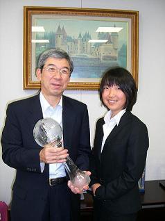 [写真]三好社長に報告する太田選手