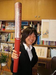 [写真]聖火トーチを持つ太田選手