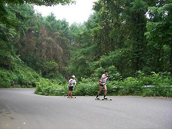[写真]峠を上る新田選手と太田選手