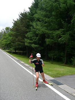 [写真]ローラースキー練習の太田選手