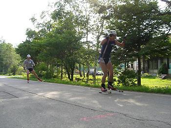 [写真]スピード練習する神津選手と太田選手