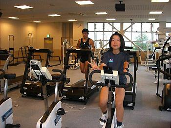 [写真]ジムでトレーニングする太田選手と新田選手