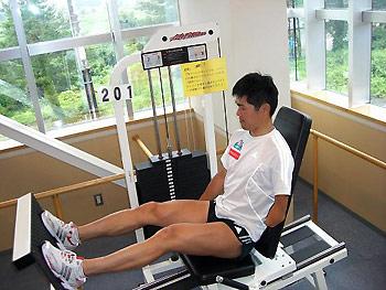 [写真]ジムでトレーニングする新田選手
