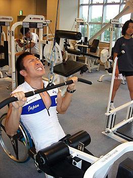 [写真]ジムでトレーニングする久保選手