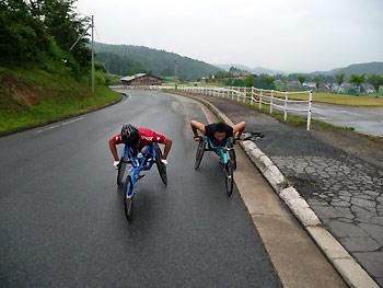 [写真]レーサーで早朝練習する長田選手と久保選手
