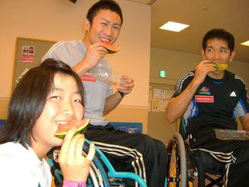 [写真]スイカを食べる選手たちでした