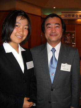 [写真]山形銀行頭取の長谷川様と太田選手