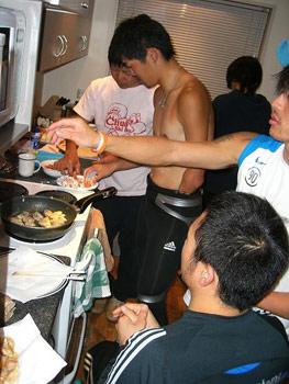[写真]夕食の準備