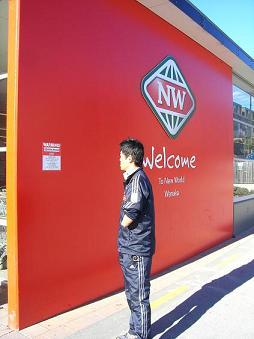 [写真]スーパーの注意書きを読む新田選手