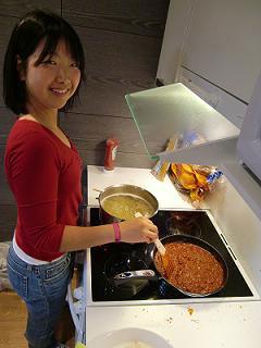 [写真]料理をする太田選手