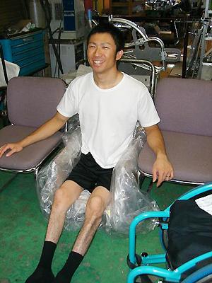 [写真]シットスキー開発のためにお尻の型を取る