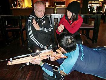 [写真]フィンランドナショナルチームの射撃コーチに教わる