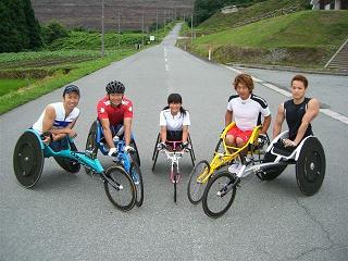 [写真]尾花沢合宿 レーサーに乗っている選手たち