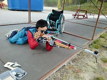 [写真]射撃練習する久保選手