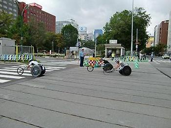 [写真]札幌大通り公園をトップ集団で通過する久保