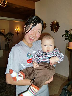 [写真]赤ちゃんを抱く太田選手