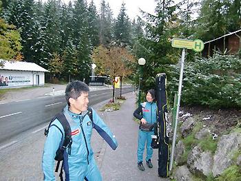 [写真]バスを待つ新田選手と太田選手