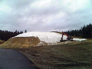 [写真]おが屑が取り除かれた雪山