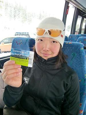 [写真]サマーカードを見せる太田選手