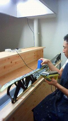 [写真]スキー板にワックスを塗っている久保選手