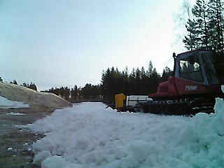 [写真]圧雪車で雪を固める