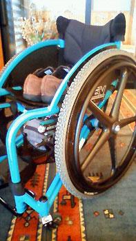[写真]冬用タイヤの車いす