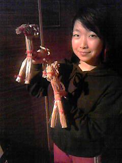 [写真]ヤギのワラ人形を持つ太田選手
