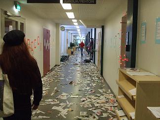 [写真]ABIの様子 散らかった廊下