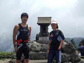 [写真]根子岳にて新田選手と太田選手