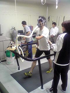 [写真]有酸素性能力を測定する新田選手