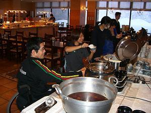 [写真]2006旭岳合宿の食事風景